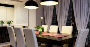 Mesa comedor en color negro con sillas en blanco