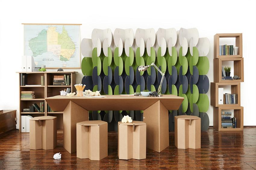 Mobiliario de cartón, mesas, sillas y estantería
