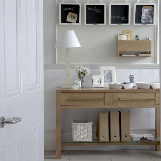 Decoración de recibidor con mueble de madera