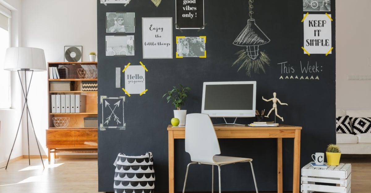 Oficina en casa con pizarra borrable