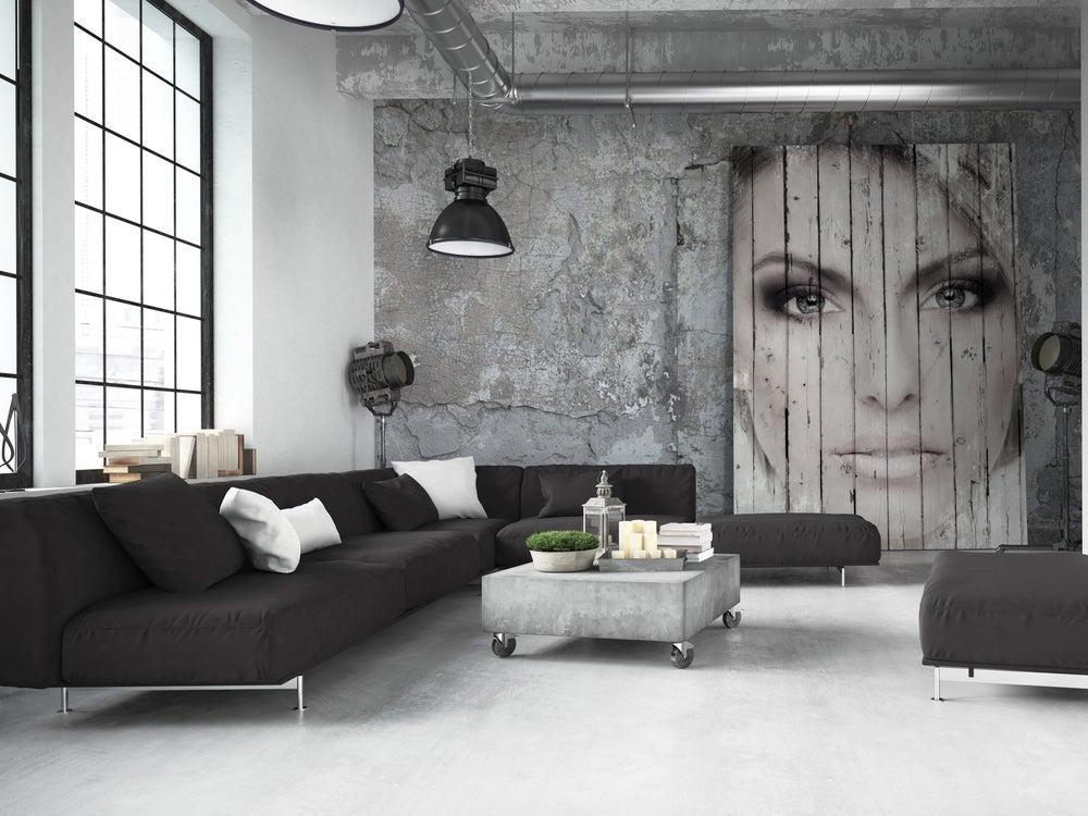 Cuadro hecho con palés con una imagen de una mujer pintada.