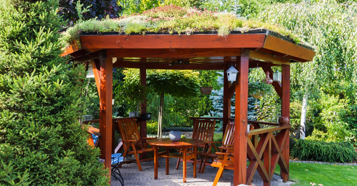 Pérgola de madera con un techo de vegetación