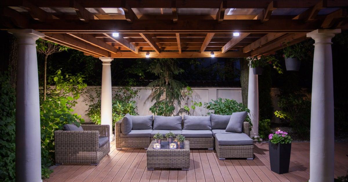 Pérgola mixta con columnas de cemento y techo de madera