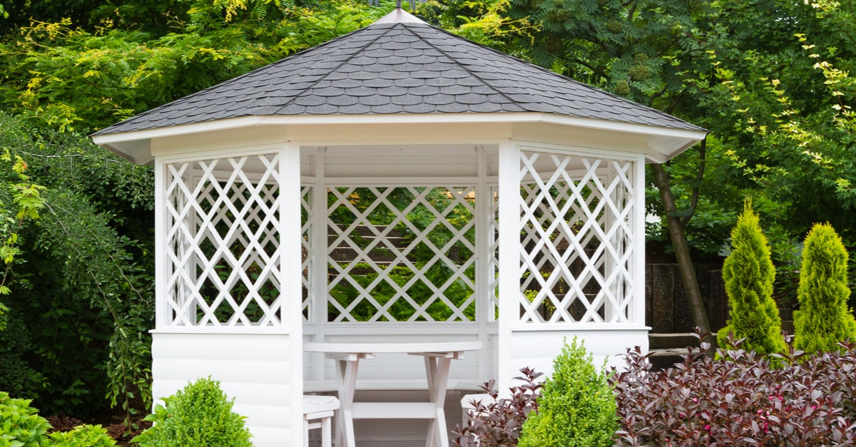 Pérgola redonda de madera blanca y tejado gris de pizarra