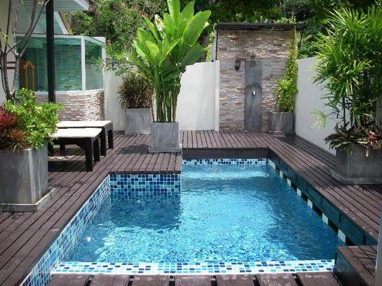 Decoración de la piscina en el jardín