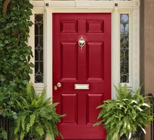 Puerta de exterior pintada de rojo.