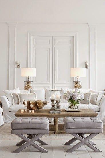 Salón clásico simétrico en tonos blancos, grises y madera