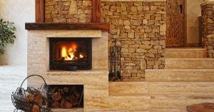 Salón rústico con chimenea y pared de piedra