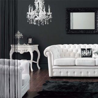Dos sofás Chesterfield tapizados en blanco
