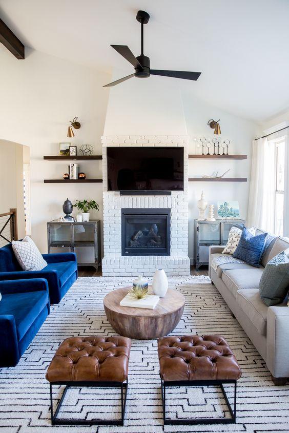 Salón con sofás de varios tejidos: algodón, terciopelo y piel