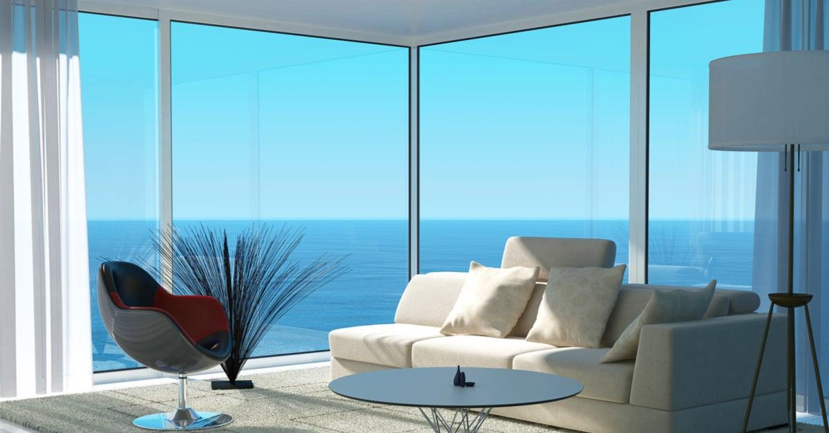 Ventanal con entrada directa de luz en un espacio minimalista