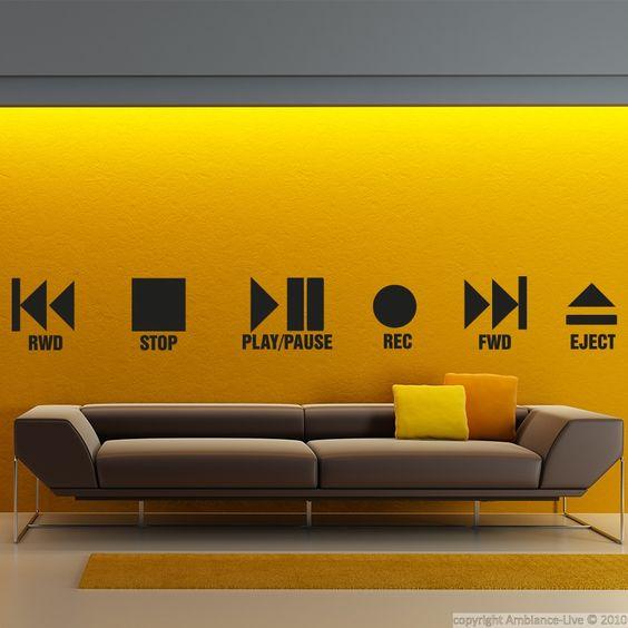 Vinilo sobre pared amarilla