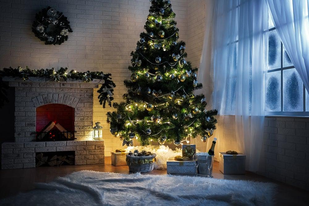 Árbol de Navidad colocado en la esquina del salón
