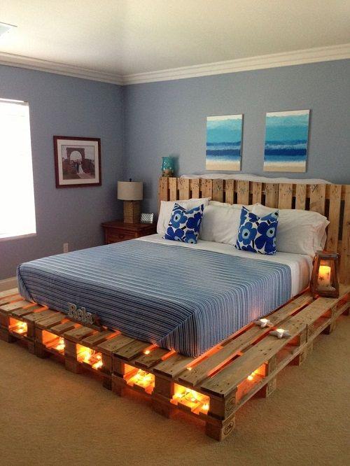 Estructura de la cama hecha con palés y con iluminación por debajo