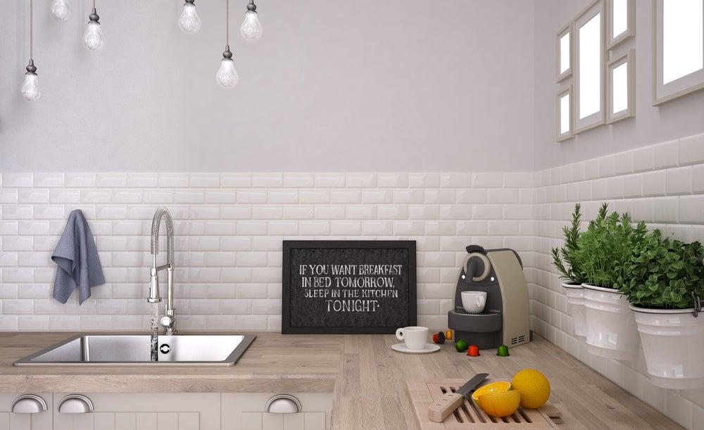 Cocina moderna con pared combinada por azulejos blancos y pintura gris