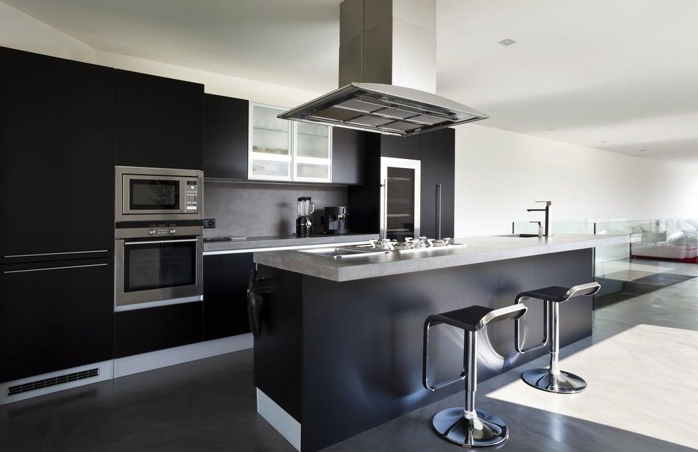 Cocina moderna en tonos negros con iluminación natural