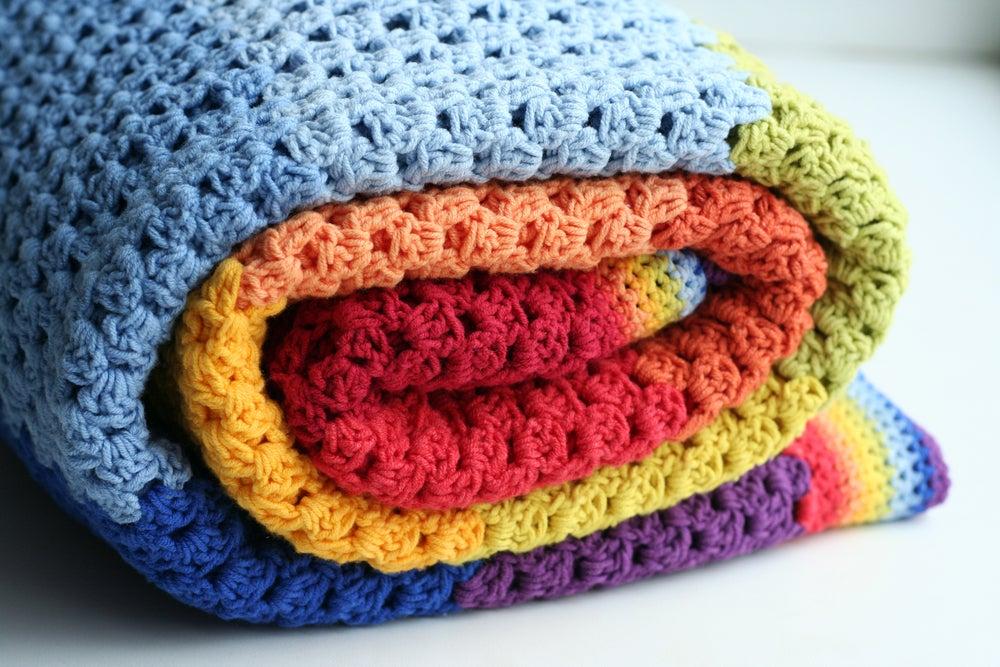 Colcha de ganchillo hecha con los colores del arco iris