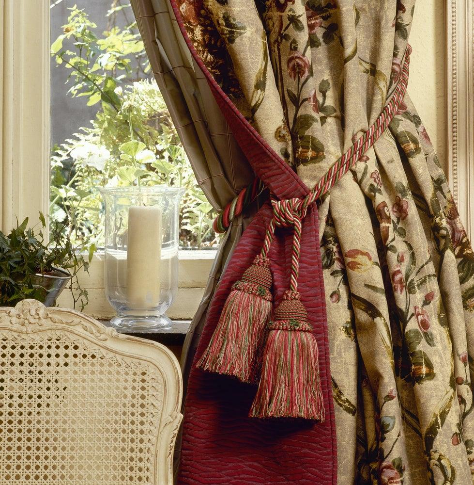 Cortinas con estampados y borlas de estilo decimonónico