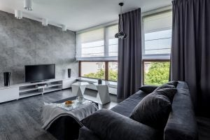 Combinación de cortinas oscuras con estores claros
