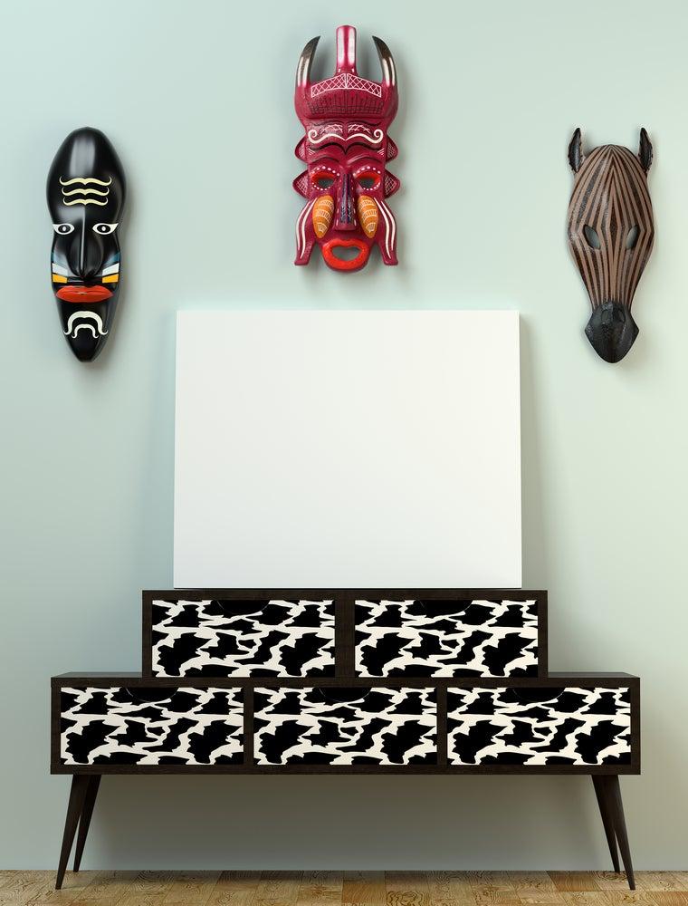 Máscaras típicas africanas y aparador con animal print de cebra