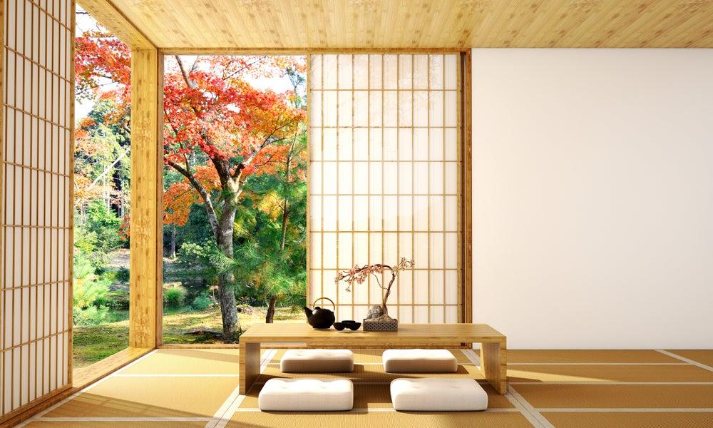 Habitación decorada al estilo japonés con puertas correderas traslúcidas de papel y muebles a ras de suelo