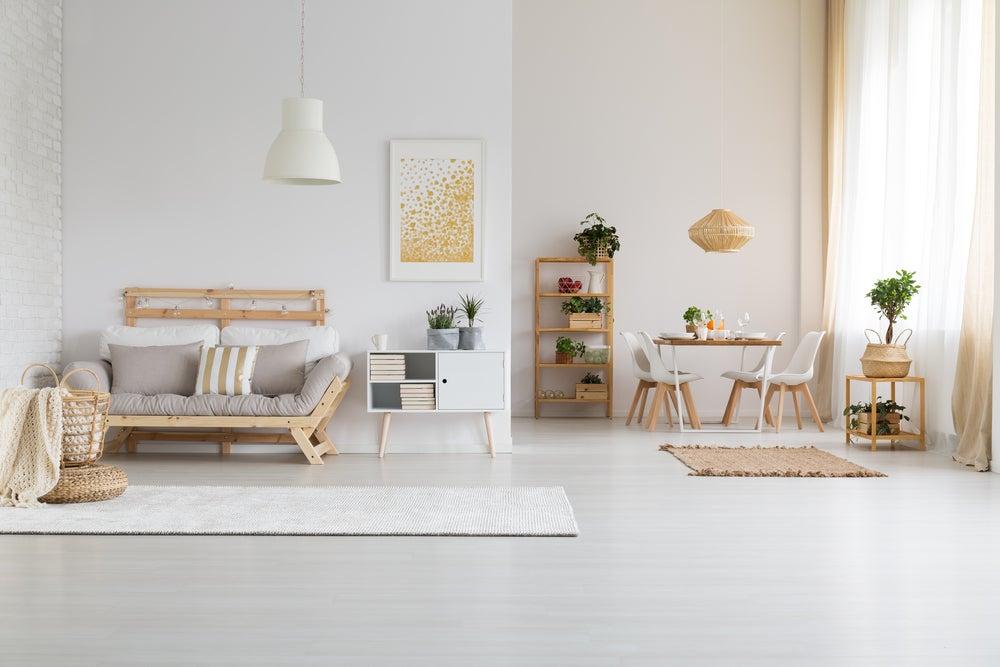 Decoración de estilo nórdico: alfombras, cojines, cuadros.