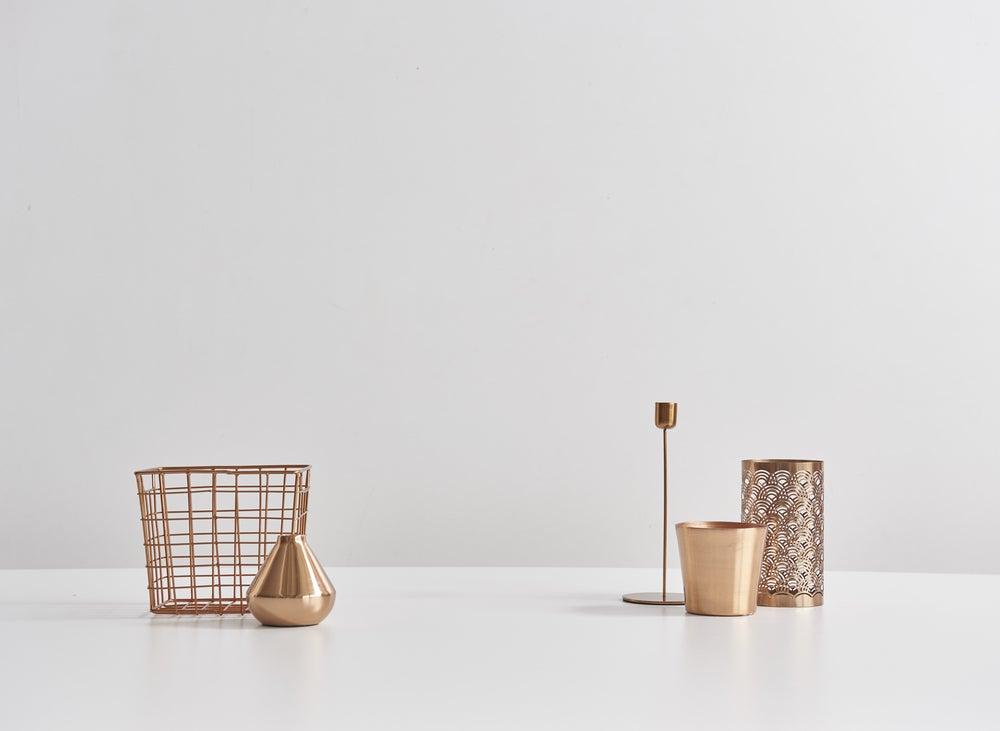 Elementos decorativos de cobre: candelabros, cestas