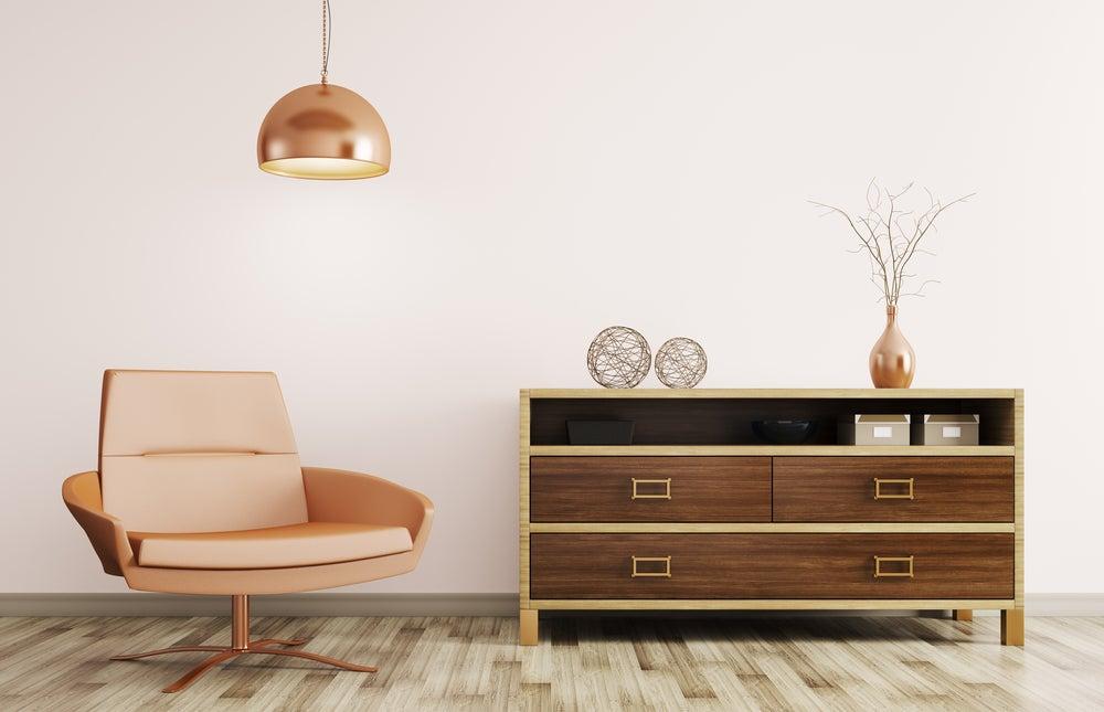 Lámpara de cobre con sofá y aparador en tonos crobizos