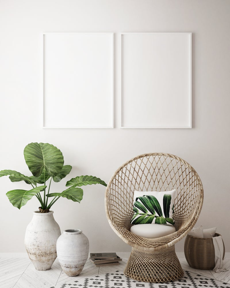 Elementos de estilo tropical: plantas, mimbre, algodón, color verde