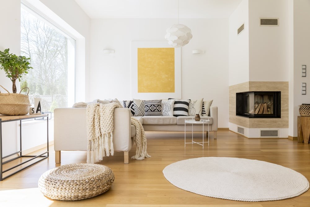 Salón de estilo nórdico con suelo de madera combinado con colores claros.