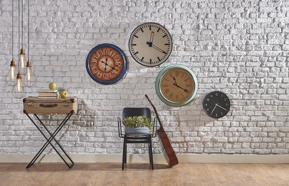 Diversi modelli di orologi da parete