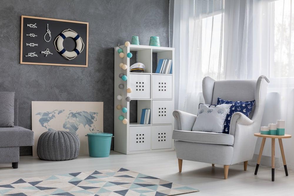 Habitación con decoración marinera en tonalidades azules, blancos y grises