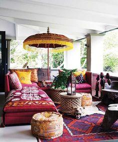Muebles y telas hindúes en un salón