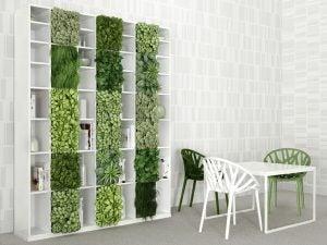 Jardín vertical ocupando los cuadrados vacíos de la estantería en un salón-comedor