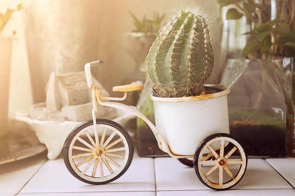 Macetero pequeño de forja pintado en blanco con forma de bicicleta