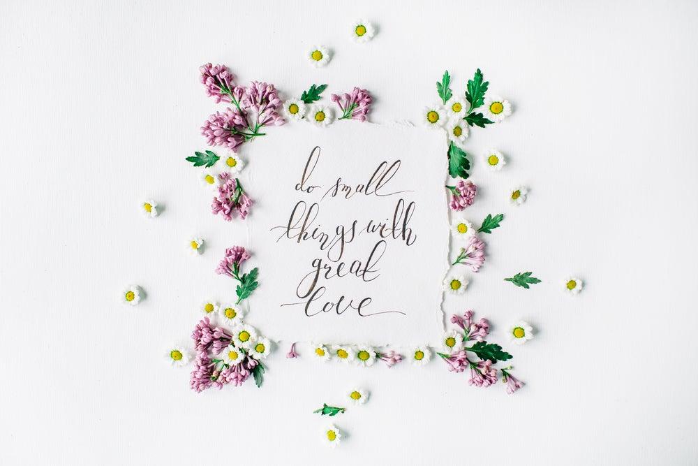 Marco de flores disecadas con un mensaje dentro