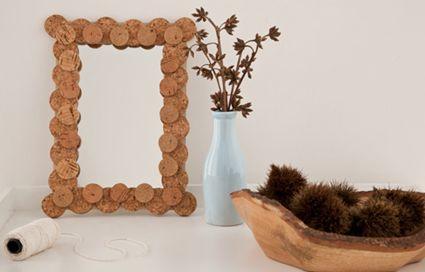 Marco hecho con tapones de corcho para espejo
