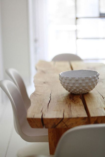 Combinación de mesa de madera con sillas blancas