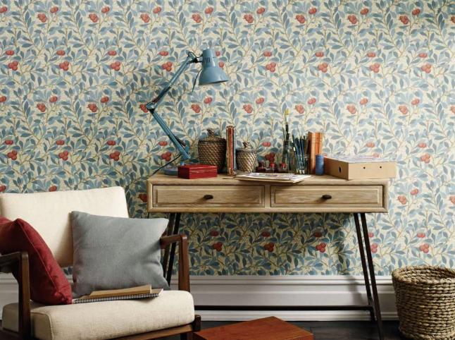 Pared decorada con papel de motivos vegetales realizado por la firma William Morris and Co