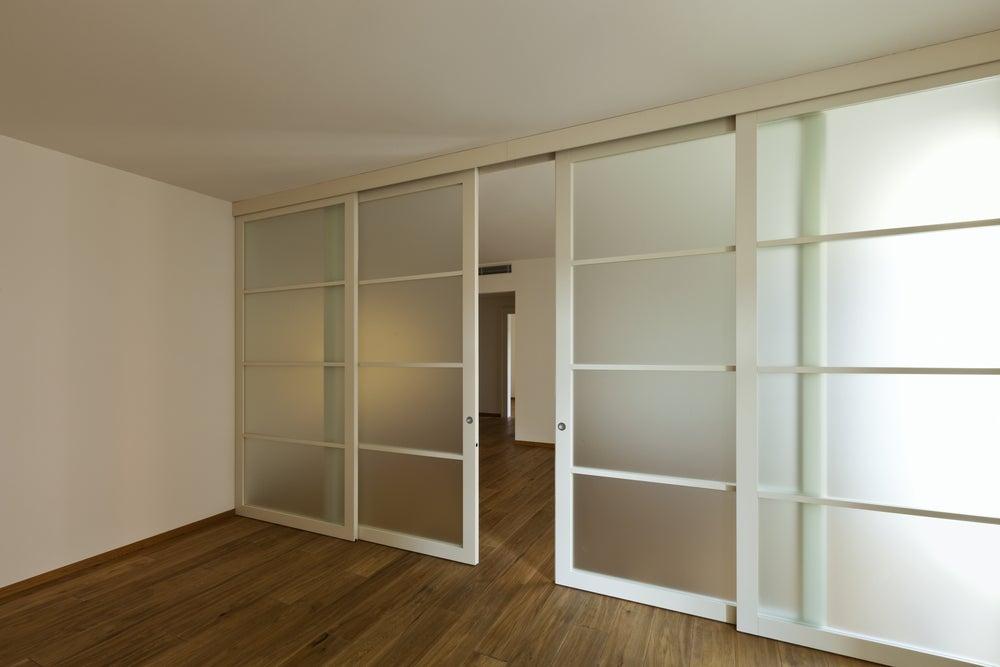 Puertas blancas correderas con cristales traslúcidos