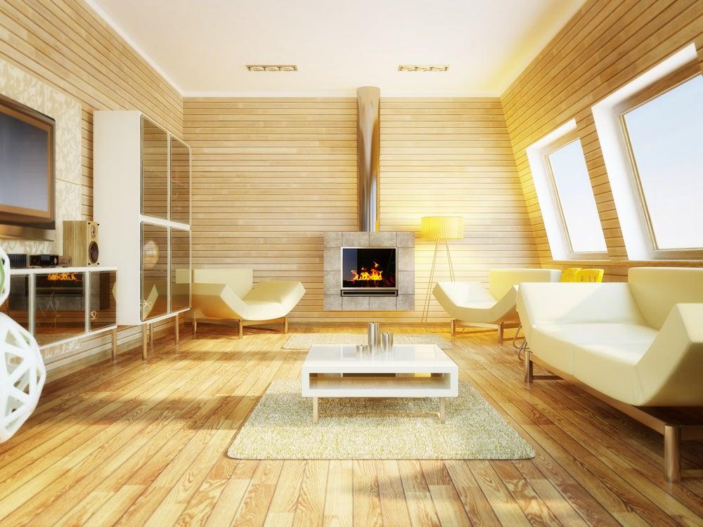 Salón con paredes y suelo de madera clara