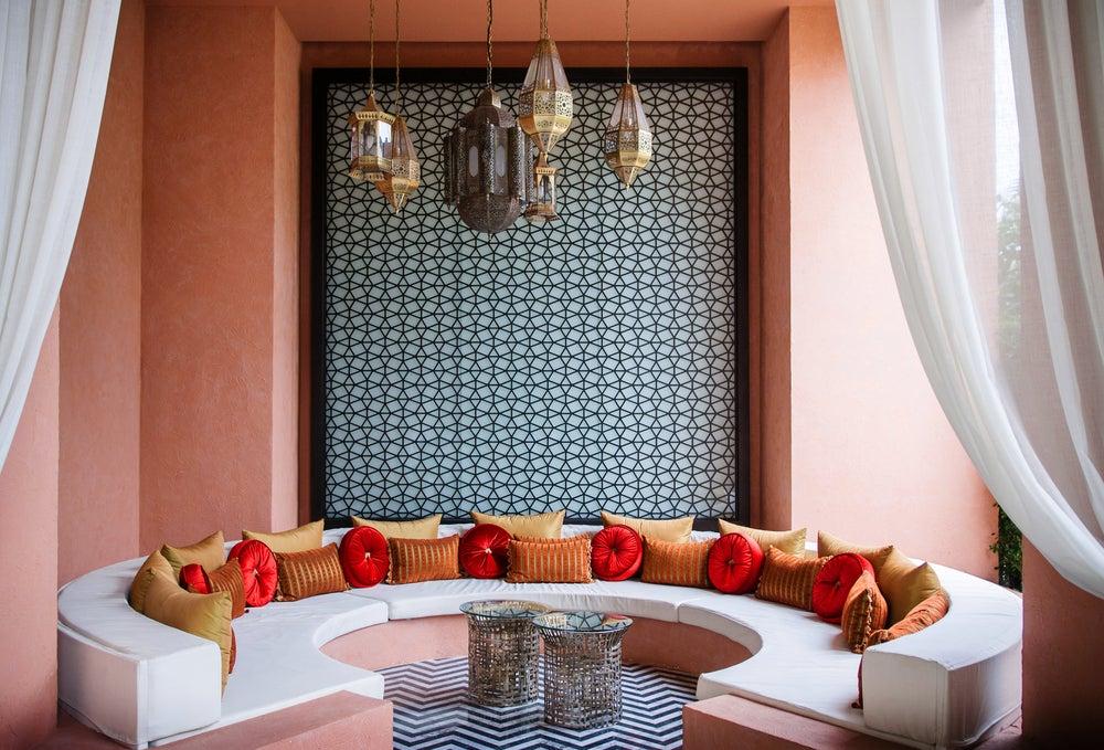 Salón de estilo marroquí en colores terrosos neutros