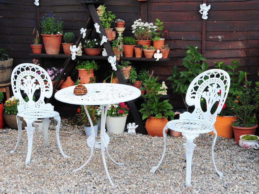 Sillas y mesa metálica en blanco de estilo victoriano
