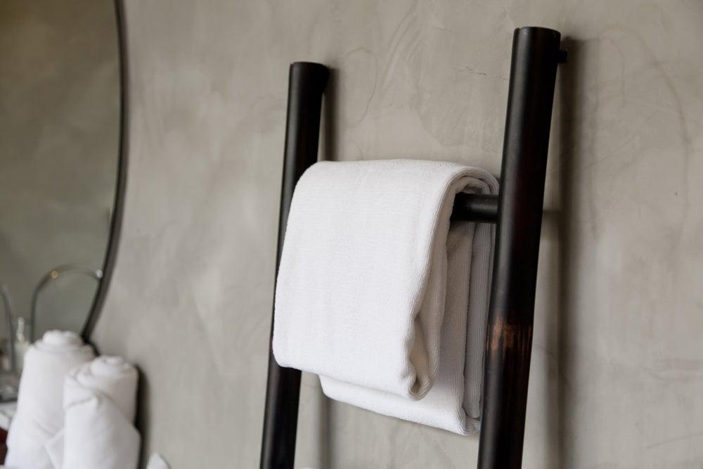 Escalera de madera a modo de toallero.