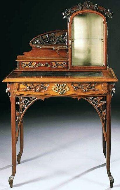 Tocador de madera con motivos vegetales, propio del estilo Art Nouveau