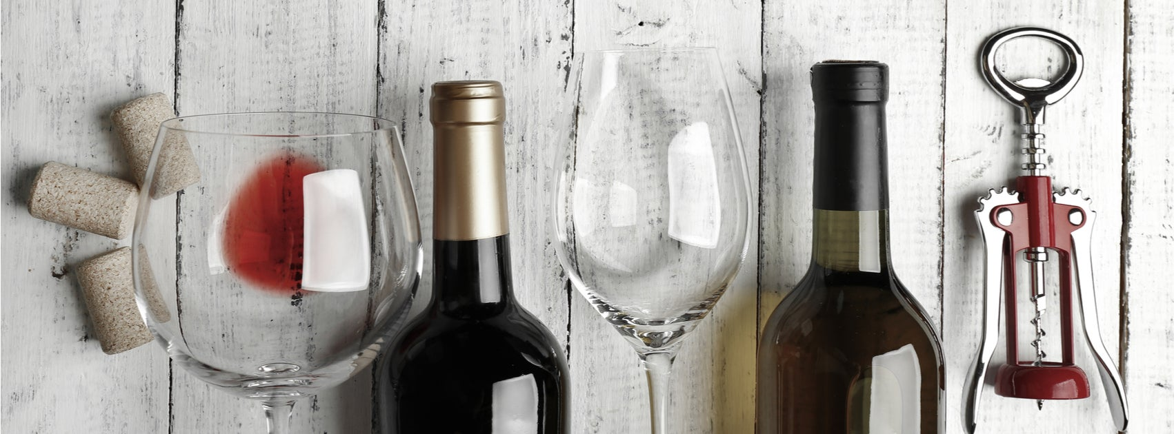 Decoración con botellas de vino y corcho