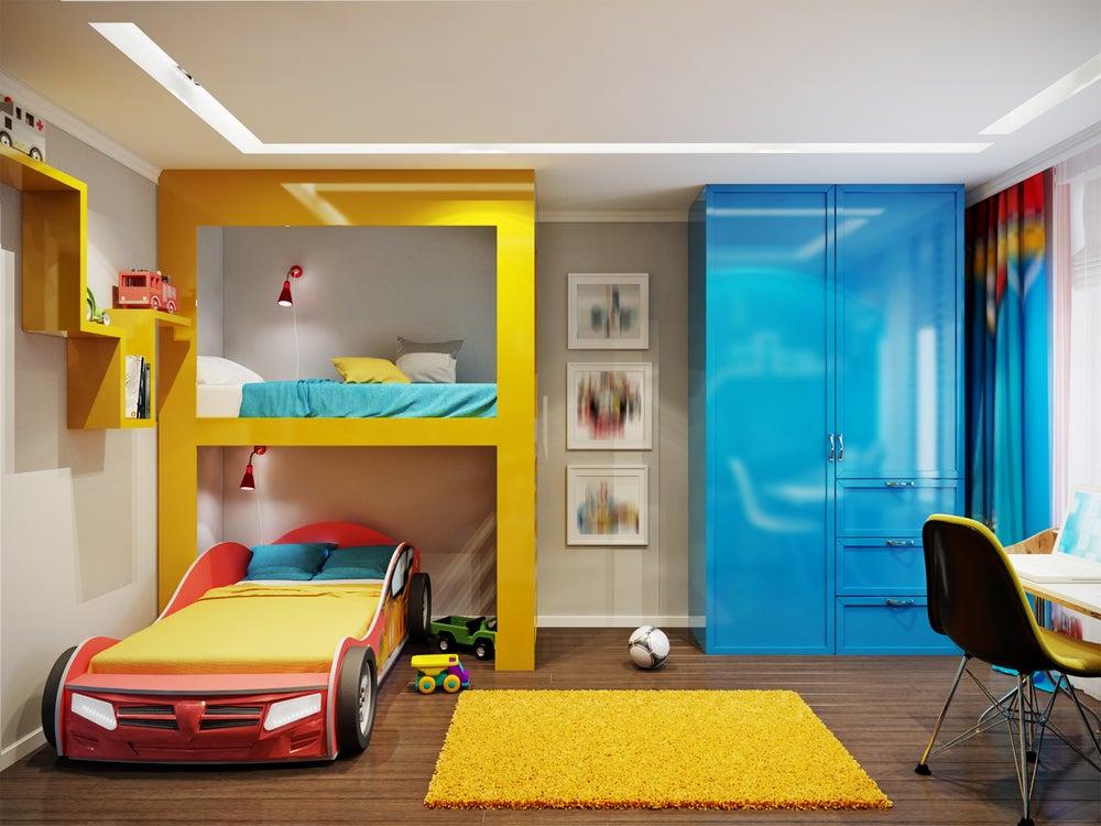 Camas litera: la de abajo con forma de coche ideal para habitaciones infantiles temáticas