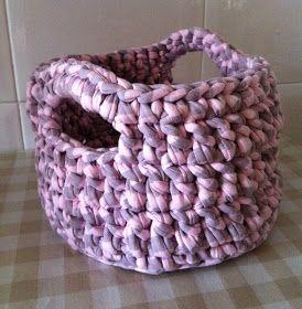 Cesta hecha de trapillo en tonos rosados y morados