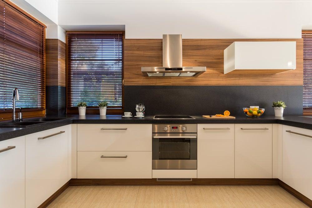 Cocina de madera combinada con cerámica.