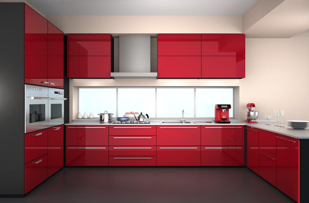Cocina de color rojo combinada con suelo negro.